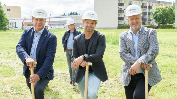 Mario Deuschl, Geschäftsführer Wertbau, Adolf Nageler von Nageler Immobilien und Wolfgang Stabauer Geschäftsführender Gesellschafter Öko-Wohnbau (v.l.) beim Spatenstich.