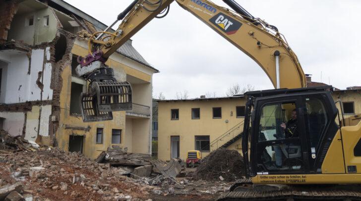 Altes muss weichen, damit Neues Gestalt annehmen kann. In ein paar Monaten werden hier neue Eigentumswohnungen entstehen.