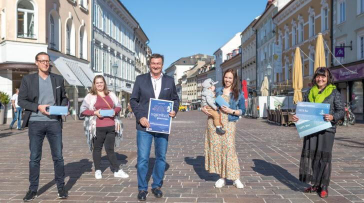 WK-Präsident Jürgen Mandl (Mitte) und Klagenfurt Marketing-Geschäftsführerin Inga Horny (rechts) gratulierten Andreas Velina, Birgit Schusser und Sabrina Kosnjek zum Gewinn