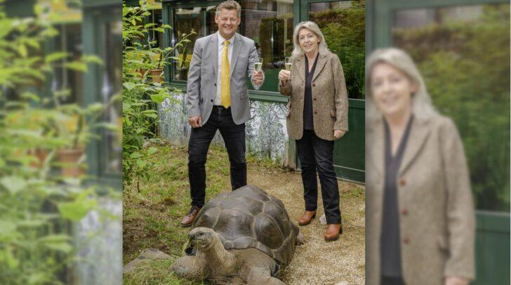 Bürgermeister Christian Scheider freut sich gemeinsam mit Helga Happ über die neue Patenschaft.