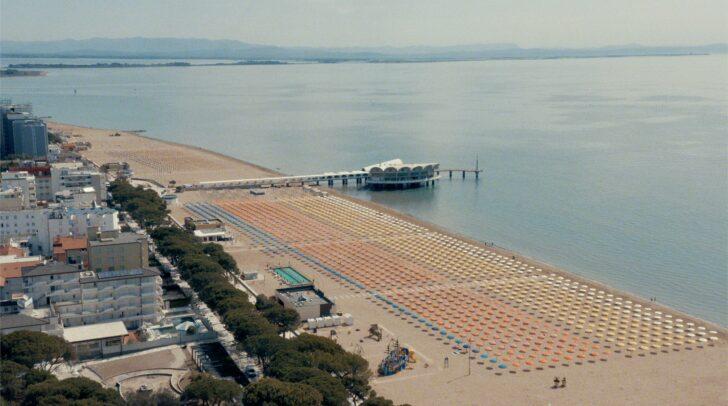 In einem symbolischen Eröffnungsakt wurden die 16.850 Sonnenschirme der Strandbäder in Lignano Sabbiadoro aufgespannt.