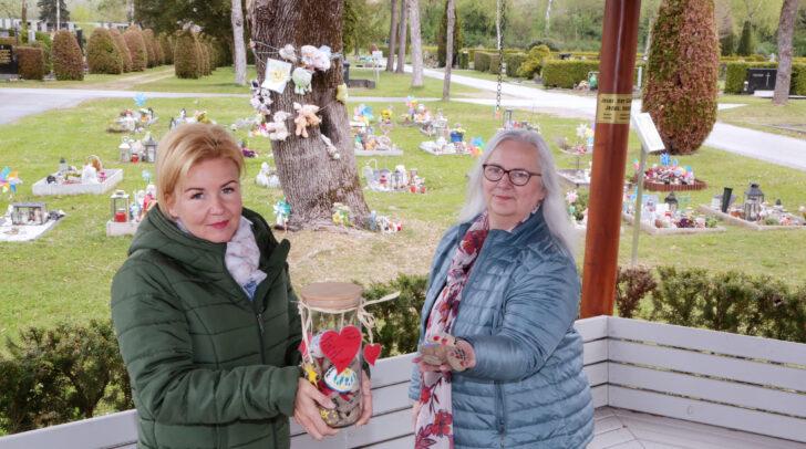 Stadträtin Sandra Wassermann (links) unterstützt die spezielle Muttertags- Aktion von Sozialberaterin Birgitt Ferlic.