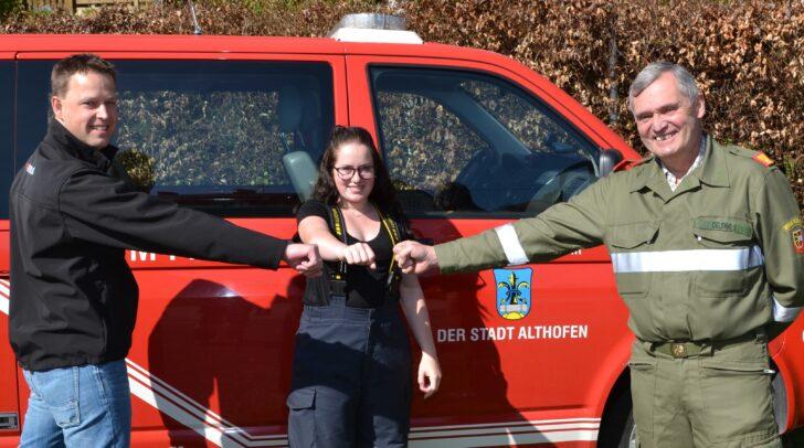 Kameradschaftsvertreter Wilhelm Mitterdorfer und Kommandant Johann Delsnig gratulieren Magdalena Kerschbaumer.