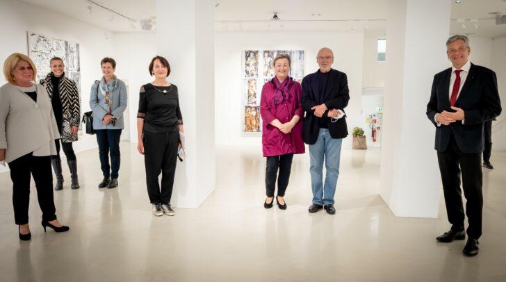 Erste Ausstellungsgäste bei der Valentin Oman-Ausstellung