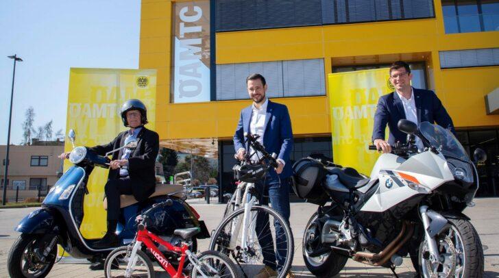 """Die Landesräte Sebastian Schuschnig (Mitte) und Martin Gruber (rechts) beim """"Gratis Sicherheits-Check für alle Zweiräder"""" des ÖAMTC."""