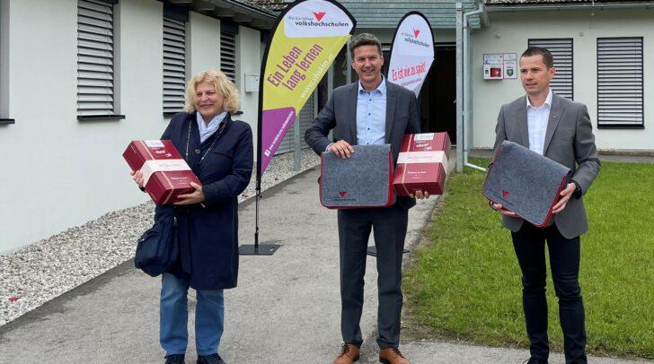 Beate Gfrerer (Die Kärntner Volkshochschulen), LR Daniel Fellner und Bürgermeister Patrick Skubel
