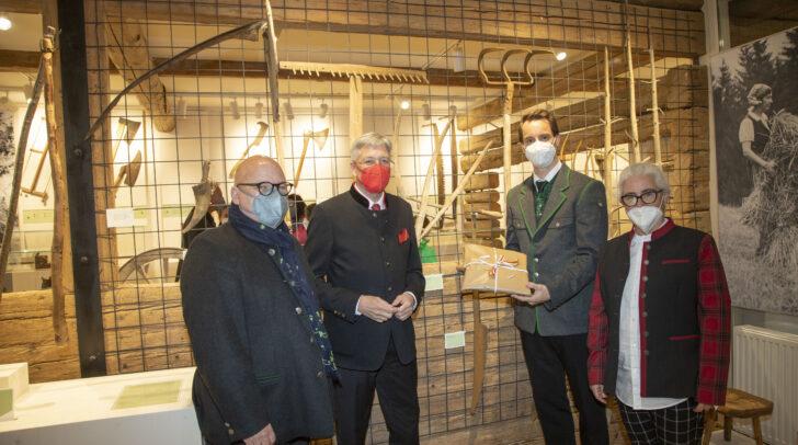 Igor Pucker, LH Peter Kaiser, Bgm Michael Reiner und Museumskuratorin Daphne M. Gerzabek bei der Eröffnung des Heimatmuseums Deutsch-Griffen.