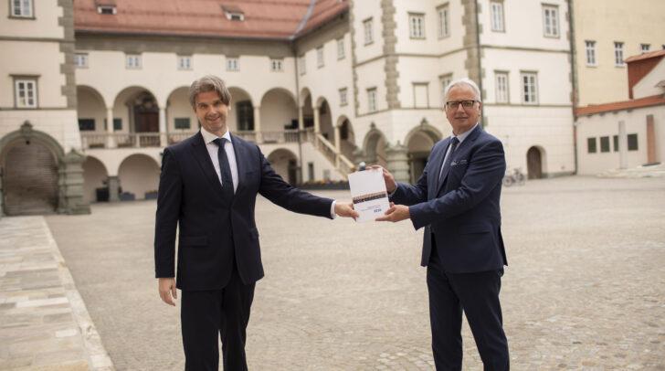 Der Direktor des Kärntner Landesrechnungshofs Günter Bauer (links) hat Landtagspräsident Reinhart Rohr am gestrigen Donnerstag den Tätigkeitsbericht des Landesrechnungshofs übergeben.