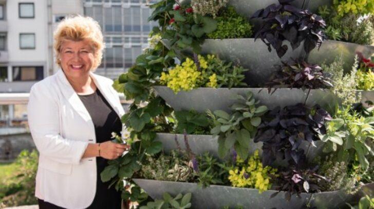 Nachhaltigkeitsreferentin Vizebürgermeisterin Irene Hochstetter-Lackner setzt für noch mehr Lebensqualität auch auf die vielen Urban-Gardening-Flächen in der Stadt.